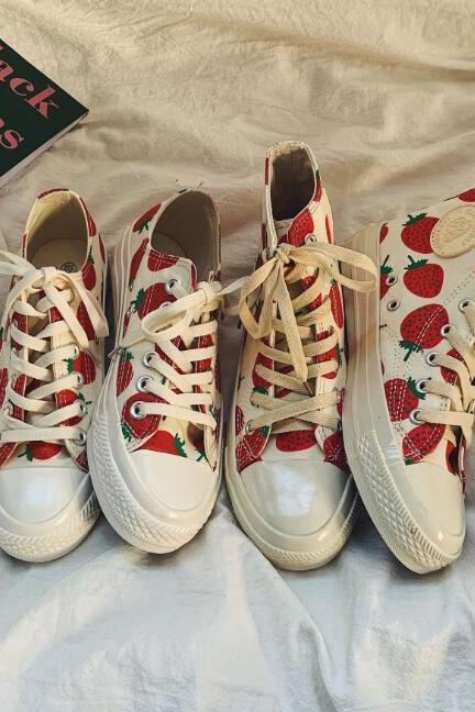 Printed strawberry canvas shoes